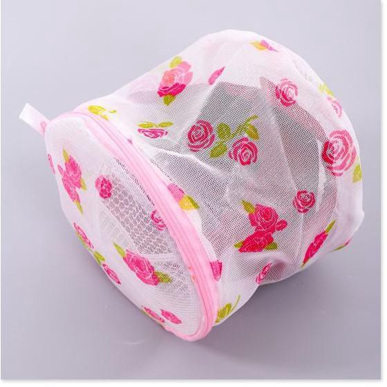 Tên sản phẩm: Combo 2 Túi lưới giặt đồ lót- vớ tất tròn bảo vệ quần áo lót. (Loại Dày 2 Lớp) Túi giặt tròn thông minh kích thước 12 x 15 cm. Giúp bảo vệ quần áo, đồ lót và vớ tất còn nguyên vẹn k bị hao mòn hay cũ theo thời gian. Sản phẩm có thể giặt đáp ứng được tất cả chất liệu mỏng hoặc mềm nhất như tơ lụa, ren, len, thổ cẩm, lông thú, gấm, cotton… trong quá trình giặt máy tránh bị móc xước, xù lông, rút sợi, nhàu nát... làm hỏng quần áo. Khi giặt xong, bạn chỉ cần đem cả túi ra treo (không cần phải bỏ ra phơi từng món đồ nhỏ), đồ dùng bên trong vẫn khô như bình thường. Sản phẩm với chất liệu lưới mềm và khóa kéo chắc chắn, độ bền cao, sử dụng được lâu dài. . .